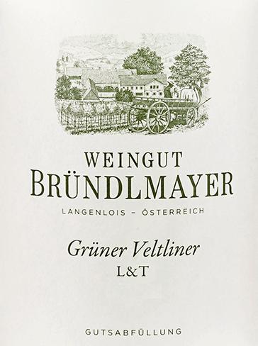 DerGrüner Veltliner L&T von Bründlmayer aus dem österreichischen Weinanbaugebiet Kamptal ist ein leichter und trockener Weißwein - daher kommt auch die Abkürzung L&T. Im Glas glänzt dieser Wein in einem hellen Strohgelb mit grünlichen Glanzlichtern. Das aromatische Bouquet duftet nach saftigen Zitrusfrüchten - insbesondere Zitrone und Grapefruit - knackig grünen Äpfeln und Aprikose. Dazu gesellen sich blumige Anklänge nach Feldblumen und ein Hauch von Haselnuss. Am Gaumen überzeugt dieser österreichische Weißwein mit einer lebendigen, herzhaft frischen und saftigen Persönlichkeit. Die rassige Säure harmoniert wundervoll mit der üppigen Fruchtfülle der Nase. Hinzu kommt noch das klassische Pfefferli des Grünen Veltliners. Das Finale ist sehr aromatisch, bleibt dabei kernig, schlank und lebendig. Speiseempfehlung für den Bründlmayer Grüner Veltliner L&T Genießen Sie diesen trockenen Weißwein aus Österreich gut gekühlt als erfrischenden Aperitif. Oder servieren Sie diesen Wein zu allerlei leichten Vorspeisen - wie Salat und frische Meeresfrüchte.