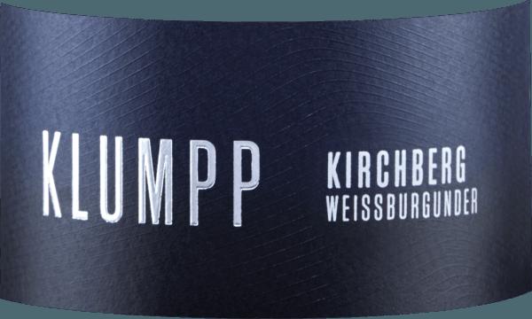 Der im Fass ausgebaute Kirchberg Weissburgunder aus der Weinbau-Region Baden offeriert sich im Glas in leuchtendem Hellgelb. Die erste Nase des Kirchberg Weissburgunder schmeichelt mit Pfirsiche, Weinbergspfirsich und Aprikosen. Den fruchtigen Teilen des Bouquets gesellen sich Noten des Fass-Ausbaus wie noch mehr fruchtig-balsamische Nuancen hinzu. Der Klumpp Kirchberg Weissburgunder begeistert durch sein elegant trockenes Geschmacksbild. Er wurde mit lediglich 2,5 Gramm Restzucker auf die Flasche gebracht. Hier handelt es sich um einen echten Qualitätswein, der sich klar von einfacheren Qualitäten abhebt und so verzückt dieser Deutsche Wein natürlich bei aller Trockenheit mit feinster Balance. Geschmack benötigt eben nicht zwingend Zucker. Durch seine vitale Fruchtsäure zeigt sich der Kirchberg Weissburgunder am Gaumen beeindruckend frisch und lebendig. Vinifikation des Kirchberg Weissburgunder von Klumpp Dieser Wein legt den Fokus klar auf eine Rebsorte, und zwar auf Weißburgunder. Für diesen außergewöhnlich balancierten sortenreinen Wein von Klumpp wurde nur bestes Lesegut verwendet. Die Reifung des Lesegutes für diesen Wein aus Weißburgunder wird zu einem beachtlichen Anteil vom Klima der Anbauregion beeinflusst. In Baden gedeihen die Trauben in einem eher kühlen Klima, was sich unter anderem in besonders lange und gleichmäßig Trauben und einem eher moderatem Mostgewicht niederschlägt. Nach der Weinlese gelangen die Trauben umgehend in die Kellerei. Hier werden sie sortiert und behutsam gemahlen. Es folgt die Gärung im kleinen Holz bei kontrollierten Temperaturen. Nach dem Ende der Gärung wird der Kirchberg Weissburgunder noch für einige Monate in Barriques aus französischer Eiche ausgebaut. Speiseempfehlung für den Kirchberg Weissburgunder von Klumpp Dieser Deutsche Wein sollte am besten gut gekühlt bei 8 - 10°C genossen werden. Er passt perfekt als begleitender Wein zu Wok-Gemüse mit Fisch, fruchtiger Endiviensalat oder Omelett mit Lachs und Fenchel.
