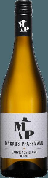 Im Glas präsentiert der MP Sauvignon Blanc von Markus Pfaffmann eine brillant schimmernde hellgelbe Farbe. In ein Weissweinglas eingegossen, zeigt dieser Wein aus der Alten Welt herrlich ausdrucksstarke Aromen nach Orangeblüte, Lavendel, Lilie und Rose, abgerundet von Wacholder, Garrigue und mediterrane Kräuter. Der MP Sauvignon Blanc von Markus Pfaffmann ist der richtige Tropfen für alle Weinfreunde, die möglichst wenig Restsüße im Wein mögen. Dabei zeigt er sich aber nie karg oder spröde, sondern rund und geschmeidig. Auf der Zunge zeichnet sich dieser leichtfüßige Weißwein durch eine ungemein leichte Textur aus. Durch seine prägnante Fruchtsäure offenbart sich der MP Sauvignon Blanc am Gaumen traumhaft frisch und lebendig. Im Abgang begeistert dieser Weißwein aus der Weinbauregion Pfalz schließlich mit beachtlicher Länge. Erneut zeigen sich wieder Anklänge an Lilie und Kirschblüte. Im Nachhall gesellen sich noch mineralische Noten der von Lössboden dominierten Böden hinzu. Vinifikation des Markus Pfaffmann MP Sauvignon Blanc Der elegante MP Sauvignon Blanc aus Deutschland ist ein reinsortiger Wein, gekeltert aus der Rebsorte Sauvignon Blanc. Die Trauben wachsen unter optimalen Bedingungen in der Pfalz. Die Reben graben hier ihre Wurzeln tief in Böden aus Lössboden. Nach der Lese gelangen die Weintrauben umgehend ins Presshaus. Hier werden sie selektiert und behutsam aufgebrochen. Anschließend erfolgt die Gärung im Edelstahltank bei kontrollierten Temperaturen. Der Gärung schließt sich eine Reifung für einige Monate auf der Feinhefe an, bevor der Wein schließlich in Flaschen abgefüllt wird. Speiseempfehlung für den MP Sauvignon Blanc von Markus Pfaffmann Genießen Sie diesen Weißwein aus Deutschland am besten gut gekühlt bei 8 - 10°C als begleitenden Wein zu Kokos-Limetten-Fischcurry, Kürbis-Auflauf oder gebratene Forelle mit Ingwer-Birne.