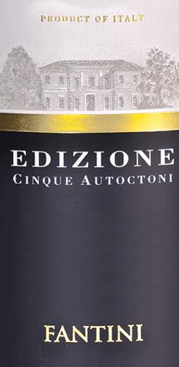Der Edizione Cinque Autoctoni von Farnese Vini offenbart sich im Glas in einem tiefen Granatrot. Halten wir die Nase tief ins große Bordeaux-Glas, entfalten sich köstliche Aromen von reifen dunklen Kirschen, schwarzen Johannisbeeren und weiterem dunklem Obst wie Pflaumen und Brombeere. Nuancen von Kräutern, Zimt, Nelken, Kakao und Lakritz runden das Bouquet ab. Ein mineralischer Hauch unterlegt das Bouquet des Cinque Autoctoni perfekt. Der Edizione Cinque Autoctoni von Farnese begeistert am Gaumen mit seiner großartigen Struktur und einer exzellenten Balance zwischen Fülle und Frische. Samtige Tannine strukturieren diesen Rotwein exzellent. Im langen Nachhall wieder viel Frucht und mineralische Nuancen. Vinifikation des Edizione Cinque Autoctoni Diese Cuvée setzt sich aus den Rebsorten Montepulciano, Primitivo, Sangiovese, Negroamaro und Malvasia Nera zusammen. Nach der Lese und dem sanften Einmaischen der Trauben, schließen Sich die Fermentation über einen Zeitraum von 25 Tagen an. Die malolaktische Gärung und der 13-monatige Ausbau finden in Barriquefässern statt. Speiseempfehlung für den Edizione Cinque Autoctoni Genießen Sie diesen trockenen Rotwein zu deftigen Vorspeisen, rotem Fleisch oder mittelreifem und reifem Käse. Auszeichnungen für den Farnese Cinque Autoctoni Bibenda: 5 Trauben für 2017 Luca Maroni: 99 Punkte für 2017, 2016, 2015 und 2014 Berliner Wine Trophy: Gold für 2016 und 2014 AWC Vienna International Wine Challenge:Gold für 2016 AWC Vienna International Wine Challenge: Silber für 2015 Decanter: Silber für 2015 Mundus Vini: Silber für 2015