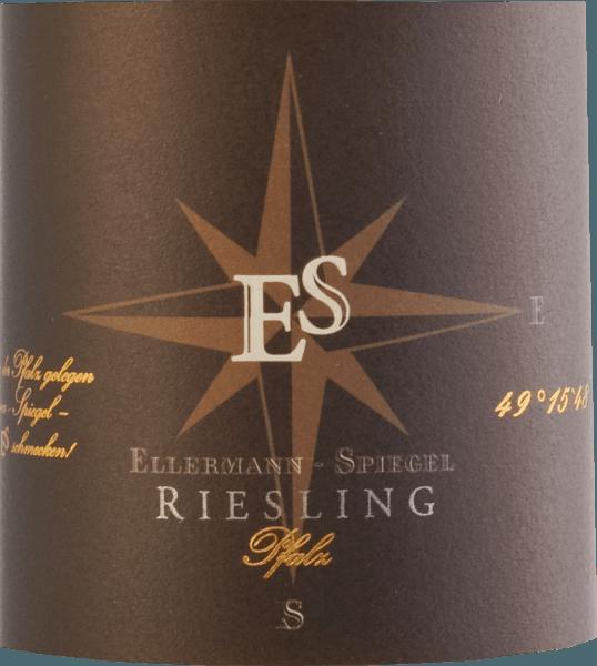 """Der Riesling Gutswein trocken von Ellermann-Spiegel aus der Pfalz zeigt sich als wunderbarer sortentypischer Riesling. Brilliant hellgelb im Gllas, an der Nase feine Aromen von Pfirsich, Äpfel, Nuancen von Cassis, mineralische Akzente und blumige Noten. Er tänzelt geradezu auf der Zunge, mit ausserordentlich saftiger Frucht am Gaumen, mineralisch, zarten würzigen Noten, getragen von feiner und zugleich erfrischender Säure. Langer, mineralisch-fruchtiger Nachhall. Ein Klassiker für Fans von deutschen Rieslingen. Speiseempfehlungen und Degustationstipp Für """"einen Mund voll Riesling"""" ist dieser pfälzische Riesling Gutswein trocken von Ellermann-Spiegel erste Wahl. Er lässt sich solo genießen, als Aperitif, passt aber idealerweise hervorragend zu Spargel, Fisch und asiatischen Gerichten. Vinifikation Der Riesling Gutswein trocken von Ellermann-Spiegel wird im Edelstahltank ausgebaut und verbleibt einige Zeit auf der Feinhefe, so dass sich die eleganten Aromen dieses klassischen Pfälzer Rieslings schön entfalten können, für geschmackvollen, aromatisch-eleganten Trinkgenuß."""