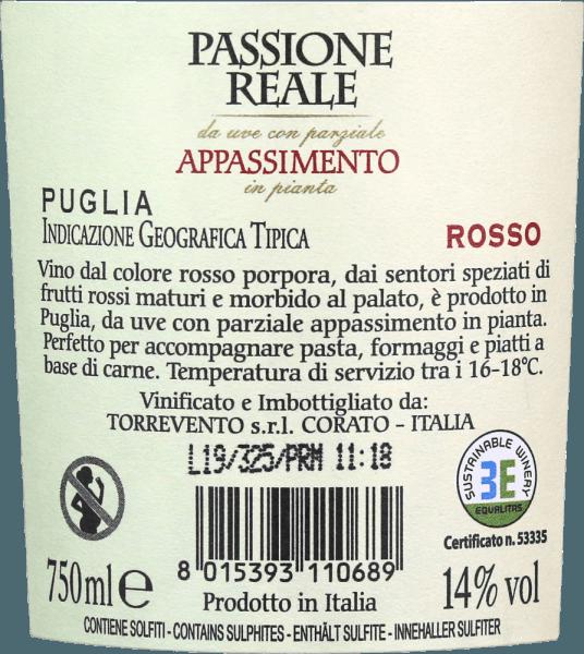 Der Passione Reale Appassimento Puglia IGT von Torrevento leuchtet in einem intensiven Rubinrot mit violetten Reflexen in jungen Jahren. Mit ein wenig Reife geht die Farbe ins Granatrot über. Die Nase eröffnet ein intensives, volles und duftiges Bouquet voller dunkler Beeren und saftiger Kirschen. Hinzu kommen würzige Noten. Pfeffer, Kakao und Süßholz sind auch am Gaumen spürbar. Gepaart mit der fruchtigen Fülle ist der Appassimento von Torrevento ein sehr harmonsicher Rotwein mit einem schier endlosen Nachhall im Finale. Vinifikiation des Passione Reale Appassimento aus Apulien Die Reben stammen von der Hochebene Murga und finden dort vorallem kalkhaltige Böden vor. Aufgrund der klimatischen Bedingungen können die Trauben direkt am Stock eintrocknen. Damit werden die Aromen und auch der Zuckergehalt in der Beere konzentriert. Diese traditionelle Methode ist für den typischen Appassimento-Ton verantwortlich. Nach der Gärung erfolgt der Ausbau und die Reifung zu gleichen Teilen im Edelstahl, wie auch im großen Holzfass. Speiseempfehlung für denPassione Reale Appassimento Nero di Troia von Torrevento Genießen Sie diesen Appasimento Rotwein aus Italien zu Wildgerichten, Steaks frisch vom Grill oder auch zu gereiften Käsesorten.