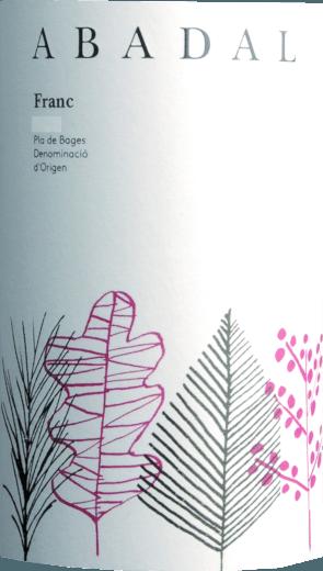 Der kraftvolle Abadal Franc aus dem Hause Abadal leuchtet mit dichtem Purpurrot ins Glas. Dieser trockene Rotwein von Abadal ist etwas für WeinliebhaberInnen, die am liebsten 0,0 Gramm Zucker in ihrem Wein hätten. Der Abadal Franc kommt dem bereits sehr nahe, wurde er doch mit gerade einmal 2 Gramm Restzucker vinifiziert. Am Gaumen präsentiert sich die Textur dieses druckvollen Rotweins wunderbar samtig und dicht. Durch die ausgeglichene Fruchtsäure schmeichelt der Abadal Franc mit gefälligem Gaumengefühl, ohne es gleichzeitig an Frische missen zu lassen. Das Finale dieses Rotweins aus der Weinbauregion Katalonien, genauer gesagt aus Pla de Bages DO, begeistert schließlich mit beachtlichem Nachhall. Vinifikation des Abadal Franc von Abadal Der kraftvolle Abadal Franc aus Spanien ist eine Cuvée, hergestellt aus den Rebsorten Cabernet Sauvignon und Tempranillo. Wenn sie perfekt ausgereift sind werden die Trauben für den Abadal Franc ohne die Hilfe grober und wenig selektiver Maschinen ausschließlich von Hand geernet. Nach der Lese gelangen die Weintrauben zügig ins Presshaus. Hier werden Sie selektiert und behutsam gemahlen. Es folgt die Gärung im kleinen Holz bei kontrollierten Temperaturen. Der Vergärung schließt sich eine Reifung über 4 Monate in Barrique aus Eichenholz an. Speiseempfehlung für den Abadal Franc von Abadal Dieser spanische Rotwein sollte am besten temperiert bei 15 - 18°C genossen werden. Er passt perfekt als Begleiter zu Spaghetti mit Kapern-Tomaten-Sauce, Kalbstafelspitz mit Bohnen und Tomaten oder Nudeln mit Bratwurstklößchen.