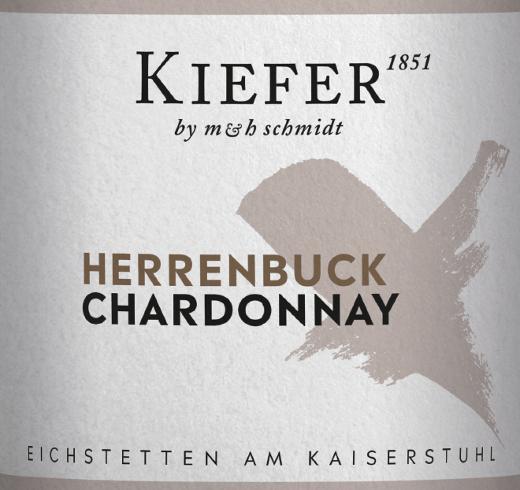 DerHerrenbuck Chardonnay Kabinett von Weingut Kiefer ist ein rebsortenreiner, schlanker und eleganter Weißwein aus dem deutschen Weinanbaugebiet Eichstetten der Lage Herrenbuck in Baden. Im Glas schimmert dieser Wein in einem hellen Strohgelb mit glitzernden Highlights. Die Nase erfreut sich an einer kräftigen Aromatik nach gelbfleischen Früchten - besonders Aprikose und Nektarinen - und tropischen Früchten. Am Gaumen überzeugt dieser deutsche Weißwein mit einer eleganten Struktur, schlanken Körper und einer feinen, gut integrierten Säure. Auch die Aromen der Nase spiegeln sich wieder und begleiten in den mittellangen Nachhall. Speiseempfehlung für den Kiefer Kabinett Chardonnay Herrenbruck Genießen Sie diesen trockenen Weißwein aus Deutschland zu fangfrischem Fisch mit cremiger Sauce, Kalbsfleisch mit saisonalem Gemüse oder auch zu Geflügel in kräftiger Sauce.