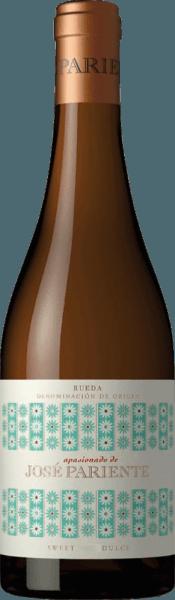 DerApasionado von José Pariente ist ein wundervoller Dessertwein aus dem spanischen Weinanbaugebiet DO Rueda, der ausschließlich aus der Rebsorte Sauvignon Blanc vinifiziert wird. Im Glas leuchtet dieser Wein in einem hellglänzenden Strohgelb mit grünlichen Glanzlichtern. Das Bouquet wird von sortentypischen Aromen der Sauvignon Blanc Traube getragen. Kräftige exotische Früchte (insbesondere Maracuja) verbinden sich mit frischen Zitrusfrüchten. Etwas ungewöhnlich für einen Süßwein, doch bringt das die Rebsorte mich sich, gesellen sich noch feine, vegetabile Noten nach frisch gemähten Gras und ein Hauch Fenchel hinzu. Die aromatische Süße harmoniert wundervoll mit der lebendigen Säure und den tropischen Früchten. Die feine Mineralität legt sich perfekt um die samtige Textur. Dieser Dessertwein überzeugt mit Struktur, Harmonie und einem intensiven, langen sowie frischem Finale. Vinifikation desJosé Pariente Apasionado Die Trauben wachsen auf einer ausgewählten Einzellage des WeingutsJosé Pariente an Rebstöcken mit einem Alter von über 28 Jahren. Die Lese findet ausschließlich von Hand in kleine Kisten statt. In der Kellerei wird das Lesegut zunächst kalt eingemaischt, bevor die Trauben sanft gepresst werden. Die Vergärung findet bei niedrigen Temperaturen statt. Nach abgeschlossenen Gärprozess lagert dieser Wein für ca. 5 Monate auf der Feinhefe. Speiseempfehlung für den Sauvignon Blanc ApasionadoJosé Pariente Dieser süße Wein aus Spanien ist ein wunderbarer Aperitif, der zu feinem Fingerfood gereicht werden kann. Aber auch zu Desserts mit frischem Obst oder Mandelparfait ein Genuss.