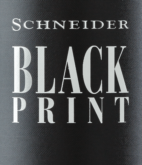 The Black Print from Markus Schneider is a German red wine legend. The wine bears his name because of its dense, almost black colour, which created the association with printer's ink in the first people who were allowed to taste the Black Print. And so the name was found. The Black Print comes into the glass with a dense, purple-red colour and a blackberry-black core. The nose is flattered by a lot of ripe blackberry and blueberry fruit, complemented by ripe cherries, some dark chocolate and nuances of liquorice and a touch of Christmas spices. On the palate the Schneider Black Print is wonderfully velvety and smooth. The round tannins are excellently integrated and make this red wine cuvée from the Palatinate a real treat for the palate. The polished and balanced finish is also grandiose. A pleasure every year anew. Vinification of the Black Print from Markus Schneider For his red wine classic Markus uses international classics like Syrah, Merlot, Blaufränkisch and Cabernet Sauvignon, but also new varieties like Cabernet Dorsa. The grapes grow on sandy soils as well as on limestone soils. After harvesting, the grapes are crushed and fermented in wooden vats for about four weeks. The Black Print then matures in oak barrels until autumn of the following year, when it is finally bottled and sold. Food recommendation for the Schneider Black Print Enjoy this top cuvée from Ellerstadt in the Palatinate with spicy meat dishes like veal cheeks or ribeye steak with wild mushrooms.