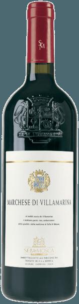 Der Marchese di Villamarina Alghero DOC von Sella & Mosca erscheint im Glas in einem intensiven Rubinrot und verbreitet sein intensives und anhaltendes Bouquet mit den Noten von roten Beeren, welche untermalt werden von Vanille und weiteren würzigen Nuancen. Am Gaumen lassen sich warme Nuancen von Heu erkennen, in Harmonie mit dem Aroma der Tronçais-Eiche, welches sich durch die lange Veredelung in kleinen Fässern aus diesem Holz bildet. Vinifikation des Marchese di Villamarina von Sella & Mosca Die Alghero DOC liegt in der Provinz Sassari im ebenen Teil von Nurra, im Nordwesten Sardiniens. Das Klima der Insel ist mediterran mit viel Sonnenschein. Die Reben wachsen auf kalk-, ton- und sandhaltigen Böden, die reich an Eisen sind. Die Trauben werden entrappt, zerdrückt und für 24 Stunden einer Auslaugung bei einer Temperatur von 15° Celsius unterzogen. Die Gärung beginnt dann bei 20° Celsius und setzt sich bei einer ansteigenden Wärmekurve von 28-30° Celsius fort. Die Gärzeit beträgt ungefähr drei Wochen. Es folgt ein spontaner, biologischer Säureabbau und anschließend beginnt die erste Ausbauphase, die in kleinen Bordeaux-Fässern aus Tronçais-Eiche für eine Dauer von ungefähr 14 Monaten stattfindet. Daran schließt sich die Lagerung in traditionellen Fässern mit größerem Volumen für weitere 12 Monate an und nach der Abfüllung in Flaschen folgt eine abschließende Veredelung in dunklen Kellern bei einer Temperatur von 16° Celsius für mindestens weitere 18 Monate. Speiseempfehlung für den Marchese di Villamarina Alghero DOC Genießen Sie diesen trockenen Rotwein zu gebratenen oder geschmorten Fleischgerichten oder zu Wild. Es ist zu empfehlen, dass die Flasche einige Stunden vor dem Verzehr entkorkt wird. Auszeichnungen für den Marchese di Villamarina Alghero DOC von Sella & Mosca Bibenda: 5 Trauben Gambero Rosso: 2 rote Gläser Veronelli: *** (90 Punkte)