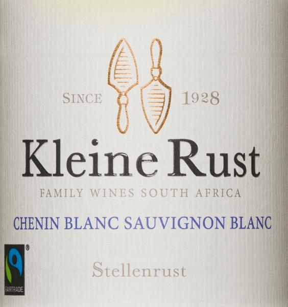 Der Kleine Rust Chenin Blanc Sauvignon Blanc von Stellenrust gehört zur fruchtigen und atemberaubend charmanten Kleine Rust Weinserie des Weingutes, das nach dem Fairtrade Standard zertifziert ist. Kräftige Noten von Guave, Orange und Pear drop (britische Süßigkeit) offenbaren sich in der Nase. Am Gaumen sind saftige, reife tropische Früchte mit einem Hauch von Gras und einem anhaltenden Nachhall von Grapefruit und pikanter Säure zu schmecken. Speiseempfehlung für denKleine Rust Chenin Blanc Sauvignon Blanc von Stellenrust Der Kleine Rust White ist ein toller Terrassenwein, der besonders zu frischem Ceasar Salad, Spargel mit Bärlauch oder Parmesanespuma, leichten Fischgerichten und würzigen Geflügelgerichten passt.