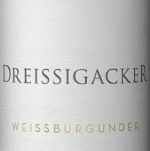 The bright yellow Pinot Blanc from Dreissigacker impresses with cool and vibrant citrus and stone fruits, vegetal tones and nutty nuances in the nose. A juicy fruit and a sweet melt characterize fulfill the mouth.