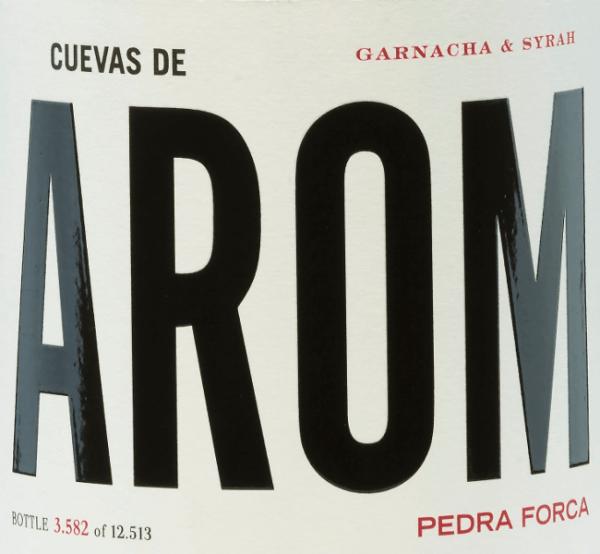 Aus dem Anbaugebiet D.O. Campo de Borja stammt derPedra Forca von Cuevas de Arom. Hier treffen die Rebsorten Garnacha Tinta (60%) und Syrah (40%) zu einer wundervollen, spanischen Rotwein-Cuvée aufeinander. Im Glas schimmert ein dunkles Rubinrot mit kirschroten Reflexen. Das ansprechende Bouquet offenbart sogleich ausdrucksstarke Aromen nach roten Beeren (Himbeere, Erdbeere und rote Johannisbeere) gepaart mit lebendig floralen Noten. Am Gaumen ist dieser spanische Rotwein erfrischend lebhaft mit einem saftigen Körper und es zeigt sich nochmals die beerige Aromenvielfalt. Das Finale ist angenehm lang und wird von blumigen Nuancen akzentuiert. Vinifikation desCuevas de AromPedra Forca Die Trauben für diesen Rotwein wachsen an 25 Jahre alten Rebstöcken in Nordlage. Das Lesegut wird sorgsam von Hand gelesen und umgehend in den Weinkeller gebracht. Dort werden die Trauben selektiert, sanft gepresst und die daraus entstandene Maische bei kontrollierter Temperatur im Zementtank vergoren. Darunter ruht dieser Rotwein eine Weile, bevor dieser leicht filtriert auf die Flasche gefüllt wird. Speiseempfehlung für denPedra Forca von Cuevas de Arom Genießen Sie diesen trockenen Rotwein aus Spanien leicht gekühlt zu gemütlichen Grillabenden mit der Familie und den Freunden.