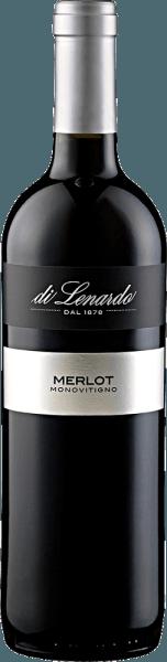 Der Merlot IGT von Di Lenardo zeigt sich im Glas in einem intensiven Rubinrot mit violetten Reflexen. Dabei entfaltet er sein vielschichtiges Bouquet mit den Aromen pürierter Waldbeeren, wie Himbeeren und Erdbeeren, welche sich mit würzigen Noten von Kräutern und Fichtennadeln verbinden. Dieser Rotwein aus dem Friaul lässt am Gaumen wieder die bereits wahrgenommenen pflanzlichen Noten erkennen, wenn er jung ist. Mit dem Alter entwickelt dieser runde Merlot ein noch reichhaltigeres Bouquet. Vinifikation für den Merlot IGT von Di Lenardo Die Trauben für diesen Merlot wurden handgelesen, entrappt und für etwa 10 Tage kalt mazeriert. Nach dem Pressen wurde der Wein in Edelstahltanks der malolaktischen Gärung zugeführt. Speiseempfehlung für den Merlot IGT von Di Lenardo Genießen Sie diesen trockenen Rotwein zu indischen Gerichten, zarten Gerichten von Schwein und Rind, gekochtem Fleisch oder mildem Käse. Auszeichnungen für den Merlot IGT von Di Lenardo Luca Maroni: 93 Punkte (Jahrgang 2016) Gambero Rosso: 2 Gäser (Jahrgang 2015) Luca Maroni: 91 Punkte (Jahrgang 2015)