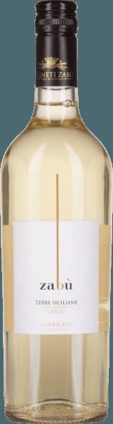 Der Grillo von Vigneti Zabu aus dem italienischen Weinanbaugebiet IGTTerre Siciliane ist ein rebsortenreiner, unkomplizierter und lebhafter Weißwein. Dieser Wein erstrahlt im Glas in einem lebendigen Strohgelb mit hellgoldenen Glanzlichtern. Die Nase erfreut sich an einem fruchtig-frischen Bouquet. Es offenbaren sich sonnengereifte Zitrusfrüchte zusammen mit saftigen Pfirsichen, die wundervoll von blumigen Noten nach gelben Blüten und mineralischen Nuancen unterstrichen werden. Auch am Gaumen setzt sich bei diesem italienischen Weißwein der Aromenreichtum fort - gestützt von einem vollem Körper und wieder mineralischen Untertönen. Vinifikation des Vigneti Zabu Grillo Für diesen Weißwein werden ausschließlich Grillo-Trauben verwendet. Sobald das Lesegut im Weinkeller vonVigneti Zabu angekommen ist, werden die Trauen sanft gepresst und der Most anschließend bei niedriger Temperatur im Edelstahltank vergoren. Auch für den Ausbau werden Edelstahltanks verwendet. Speiseempfehlung für den Vigneti Zabu Terre SicilianeGrillo Dieser trockene Weißwein aus Italien ist ein hervorragender Begleiter zu knackigen Sommersalaten (gerne mit Meeresfrüchten), Gemüsesticks mit Frischkäse-Dip oder auch zu feinen Fischsuppen. Gut gekühlt ist dieser Wein auch ein willkommener Aperitif.