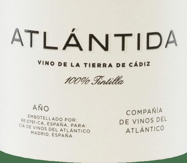 Aus derSherry-Region Cádiz stammt derSherry-Region hat derAtlántida Tintilla von Compañía de Vinos del Atlántico seine Heimat. Dieser spanische Rotwein wird ausschließlich aus der Rebsorte Tintilla de Rota vinifiziert. Im Glas leuchtet dieser Wein in einem kräftigen Rubinrot mit kirschroten Glanzlichtern. Das Bouquet eröffnet ein Feuerwerk an ausdrucksstarken Aromen. Es entfalten sich Noten nach dunklen Beeren, blumige Anklänge in Verbindung mit Nuancen nach Rauch und Würze. Am Gaumen überzeugt dieser Rotwein mit seinem saftigen und konzentrierten Charakter. Auch hier präsentiert sich eine hervorragende Aromenvielfalt - es offenbaren sich Himbeere, Bitterkirsche, feine Anklänge an Gewürzkuchen untermalt von einem Hauch Blutorange. Die seidigen Tannine sind sehr gut in den kräftigen Körper eingebunden und führen in ein beeindruckendes, elegantes und angenehm langes Finale. Vinifikation desVinos del AtlánticoAtlántida Aus der Einzellage Pago Balbaína stammen dieTintilla de Rota Trauben für diesen Rotwein. Die 26 Jahre alten Rebstöcke wachsen auf Albariza-Böden auch genannt als weiße Erde, die reich an Kalkstein, Ton und Sand ist. Nach der sorgsamen Lese und Selektion der Weintrauben, werden diese im Weinkeller sanft presst. Die daraus entstandene Maische wird anschließend in Holzstahltanks temperaturkontrolliert vergoren. Für die beeindruckende Aromenvielfalt sorgt der Holzausbau für 16 Monate in Barriques aus französischer Eiche. Speiseempfehlung für denAtlántidaTintillaCompañía de Vinos del Atlántico Dieser trockene Rotwein aus Spanien ist ein wundervoller Begleiter zu gemütlichen Grillabenden mit der Familie und den Freunden. Aber auch zu würzigen Eintöpfen und gereiftem Käse passt dieser Wein hervorragend. Auszeichnungen für denAtlántidaVinos del Atlántico Vinous: 92 Punkte für 2014 Wine Spectator: 92 Punkte für 2014 Jancis Robinson: 16,5 Punkte für 2014