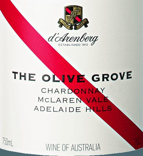 Der The Olive Grove Chardonnay von d'Arenberg aus dem australischen Anbaugebiet McLaren Vale inAdelaide ist ein großzügiger, rebsortenreiner und finessenreicher Weißwein. Im Glas erstrahlt dieser Wein in einer brillanten grüngelben Farbe, die mit goldenen Akzenten durchzogen ist. Seine aromatische, knackige Nase erfreut mit Aromen von weißen Blumen, tropischen Früchten, Granny Smith Äpfeln und weißen Nektarinen. Am Gaumen präsentiert dieser kalifornische Weißwein einen voluminösen Körper und liebliche Aromen von weißem Pfirsich und Limone mit einem Hauch Brioche. Eine pikante Säure baut sich am Gaumen auf und mündet in einen langen Nachhall mit einem Hauch von Cashewnuss und feinen, texturierten Tanninen. Vinifikation desChardonnay d'Arenberg The Olive Grove Sobald das Lesegut im Weinkeller von d'Arenberg angekommen ist, werden die Trauben in kleinen Chargen schonend zerkleinert, gekühlt und in einem Korb gepresst. Danach erfolgt die Gärung in Edelstahltanks. Für mehr Komplexität sorgt der 7-monatige Ausbau in Fässern aus französischer Eiche. Speiseempfehlung für den The Olive Grove Chardonnay von d'Arenberg Servieren Sie diesen trockenen Weißwein aus Australien zu Salaten mit leichtem Dressing, Risotto mit verschiedenen Käsesorten, Pasta al forno, Garnelen-Satay und Geflügelgerichten wie Coq au Vin. Der Name The Olive Grove Der Name des Weines geht auf die im mediterranen Klima des McLaren Vale wachsenden Olivenbäume zurück, die seit der europäischen Besiedlung in den 1840er Jahren in dieser Region gedeihen. Im Laufe der Zeit vermehrten sie sich jedoch so stark, dass sie zu einer Bedrohung für die einheimische Flora wurden. Entlang der Straßen und in den Weinbergen des Weingutes kann man viele Olivenbäume sehen. So wachsen sie beispielsweise innerhalb der Chardonnay-Parzelle in den Reihen und blockieren den Weg für die Weinleser. Aber all der Ärger ist vergessen, sobald die neue Ernte des Olivenöls gepresst wurde und zum Essen mit einem guten Glas des Chardonnay ge