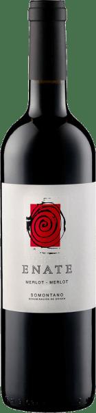 Der Merlot Merlot von Enate präsentiert sich im Glas in einem tiefdunklen Brombeerton mit einem konzentrierten und vielschichtigen Bouquet. Dieses ist geprägt durch die Aromen von Brombeeren, Kaffee und Schokolade. Dieser spanische Rotwein aus dem Somontano ist am Gaumen von einer außerordentlcihen Fülle und Stoffigkeit und geht über in ein langes und imposantes Finale. Speiseempfehlung für den Merlot Merlot von Enate Genießen Sie diesen trockenen Rotwein zu Lamm und Wild, kräftigen Gerichten mit Schwein und Rind, gegrilltem Fleisch oder zu kräftigen Käsesorten. Auszeichnungen für den Merlot Merlot von Enate Guia Penin: 93 Punkte (Jahrgänge 2012, 2010) Guia Penin: 92 Punkte (Jahrgänge 2009, 2008) Sélections Mondiales des Vins: Gold (Jahrgang 2007) Das auf dem Etikett des Enate-Weines Merlot-Merlot abgebildete Kunstwerk ist von dem Künstler Frederic Amat.