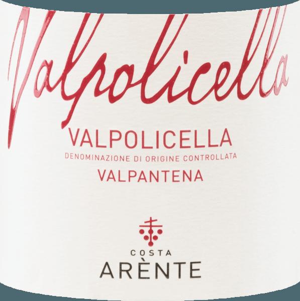 Der Valpantena Valpolicella von Costa Arènte ist ein ausgewogener, italienischer Rotwein, der aus Corvina (50%), Corvinone (30%), Rondinella (10 %) und weiteren roten Rebsorten(10%) vinifiziert wird. Im Glas leuchtet dieser Wein in einem strahlenden Rubinrot. Das aromatische Bouquet ist gezeichnet von Noten nach saftigen Himbeeren, roten Johannisbeeren und reifen Sauerkirschen. Untermalt werden die Aromen der Nase von schwarzem Pfeffer. Der Gaumen erfreut sich an einer saftigen und ausgewogenen Textur mit einem weichen Tanningerüst. Die lebendige Säure ist sehr gut in den Körper eingebunden und begleitet in das präsente, mittellange Finale. Vinifikation desCosta ArènteValpantena Valpolicella Die Trauben für diesen italienischen Rotwein stammen aus dem Anbaugebiet Venetien - D.O.C.Valpolicella Valpantena. Die Lese wird ausschließlich von Hand vorgenommen. Nachdem das Lesegut in der Weinkellerei vonCosta Arènte angekommen ist, werden die Trauben sanft gepresst und anschließend bei kontrollierter Temperatur in großen Holzfässern vergoren. Nach abgeschlossenen Gärprozess ruht dieser Rotwein für 3 Monate in großen Holzfässern. Speiseempfehlung für denValpantena Valpolicella Costa Arènte Genießen Sie diesen trockenen Rotwein aus Italien zu gemütlichen Grillabenden mit weißem Grillfleisch. Aber auch zu Vorspeisen mit Frischkäse ist dieser Wein ein Genuss.