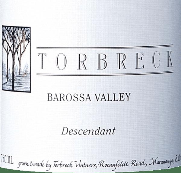 """DerThe Descendant von Torbreck ist eine herausragende Rotwein-Cuvée aus Shiraz (92%) und Viognier (8%). Übersetzt bedeutet der Name """"der Nachkomme"""". Denn dieser Rotwein ist das Erbe von dem Torbreck RunRig Rotwein - der Weinberg ist mit Stecklingen des alten RunRig bepflanzt und dieser Wein wird in Fässern ausgebaut, welche zuvor für den RunRig benutzt wurden. Im Glas präsentiert sich der Torbreck Descendant in einem tiefdunklen Rubinrot mit violetten Reflexen. Das Bouquet entfaltet intensive Aromen nach reifen Brombeeren, die von Röstnuancen untermalt werden. Dazu gesellen sich blumige Noten nach Veilchen und Lavendel. Am Gaumen präsentiert sich dieser australische Rotwein mit einem eleganten und kräftigen Charakter, der von beerigen Aromen getragen wird. Die seidige, reife Textur wird von einem ausgewogenen Tanningerüst in den lang anhaltenden Nachhall begleitet. Vinifikation des Torbreck The Descendant Die Reben für diesen Rotwein stehen auf dem Weinberg inMarananga. Nach der Lese der Shiraz sowie Viognier Trauben werden diese in dem Weinkeller selektiert und entrappt. Anschließend werden beide Rebsorten gemeinsam im Edelstahltank vergoren. Der anschließende Ausbau findet für insgesamt 20 Monate in Barriques aus französischer Eiche statt. Speiseempfehlung für den Descendant Shiraz Viognier von Torbreck Dieser trockene Rotwein aus Australien ist der perfekte Speisebegleiter zu pikantem Gulasch mit böhmischen Knödeln und Blaukraut, Lamm aus dem Ofen mit Bohnen oder auch zu Kalbsleber mit gedünsteten Zwiebeln. Auszeichnungen für den The Descendant von Torbreck Robert M. Parker - The Wine Advocate: 93 Punkte für 2015 James Halliday: 97 Punkte für 2015 James Suckling: 95 Punkte für 2015 James Halliday: 96 Punkte für 2006 Stephen Tanzer: 93 Punkte für 2006 Robert M. Parker: 95 Punkte für 2006"""