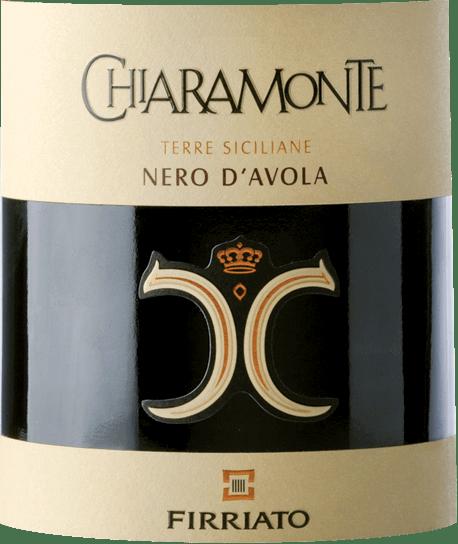 Im Glas offenbart der Chiaramonte Nero d'Avola Sicilia aus dem Hause Firriato eine dichtem purpurrote Farbe. Dieser sortenreine italienische Wein zeigt im Glas herrlich ausdrucksstarke Noten von Maulbeeren, Brombeeren, Schwarzen Johannisbeeren und Heidelbeeren. Hinzu gesellen sich Anklänge von Kakaobohne, Zimt und getoastetes Barrique. Am Gaumen eröffnet der Chiaramonte Nero d'Avola Sicilia von Firriato herrlich aromatisch, fruchtbetont und balanciert. Auf der Zunge zeichnet sich dieser druckvolle Rotwein durch eine ungemein dichte und fleischige Textur aus. Durch seine lebendige Fruchtsäure offenbart sich der Chiaramonte Nero d'Avola Sicilia am Gaumen herrlich frisch und lebendig. Im Abgang begeistert dieser jugendliche Rotwein aus der Weinbauregion Sizilien schließlich mit guter Länge. Erneut zeigen sich wieder Anklänge an Brombeere und Maulbeere. Im Nachhall gesellen sich noch mineralische Noten der von Sandstein und Sand dominierten Böden hinzu. Vinifikation des Firriato Chiaramonte Nero d'Avola Sicilia Grundlage für den kraftvollen Chiaramonte Nero d'Avola Sicilia aus Sizilien sind Trauben aus der Rebsorte Nero d'Avola. In Sizilien wachsen die Reben, die die Trauben für diesen Wein hervorbringen auf Böden aus Sand, Sandstein und Verwitterungsgestein. Nach der Handlese gelangen die Weintrauben auf schnellstem Wege ins Presshaus. Hier werden sie selektiert und behutsam aufgebrochen. Anschließend erfolgt die Gärung im kleinen Holz bei kontrollierten Temperaturen. Der Vergärung schließt sich eine Reifung über 6 Monate in Barrique aus amerikanischer an. Speiseempfehlung für den Chiaramonte Nero d'Avola Sicilia von Firriato Trinken Sie diesen Rotwein aus Italien am besten temperiert bei 15 - 18°C als Begleiter zu gebratene Kalbsleber mit Äpfeln, Zwiebeln und Balsamessigsauce, Boeuf Bourguignon oder Gemüse-Couscous mit Rinderfrikadellen.