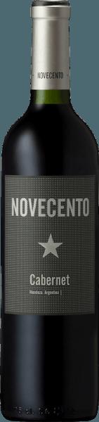 Der Novecento Cabernet Sauvignon von Bodega Dante Robino zeigt sich in einem tiefen Rot mit ziegelroten Reflexen im Glas, dabei offenbart er sein wunderbares Bouquet mit den Aromen von schwarzen Johannisbeeren, welche von würzigen Anklängen unterstrichen werden. Dieser perfekt balancierte Rotwein wird getragen von seinen runden Tanninen und einer herrlichen Frische. Der saftigen Frucht folgt im Finale eine feine, holzige Würze. Vinifikation des Novecento Cabernet Sauvignon Die Reben für diesen Wein wachsen in Perdriel, Mendoza. Nach der Lese per Hand werden die Trauben entrappt und gekühlt und anschließend bei einer Temperatur von 25°Celsius fermentiert. Die alkoholische Gärung dieses Cabernet Sauvignons dauert etwa 10 Tage. Wenn sie fertig ist, finden kurze Mazerationen statt, um einen fruchtigen Wein zu erhalten. Speiseempfehlung für den Dante Robino Novecento Cabernet Sauvignon Genießen Sie diesen trockenen Rotwein zu Steaks, gegrilltem Gemüse oder zur mediterranen Küche.