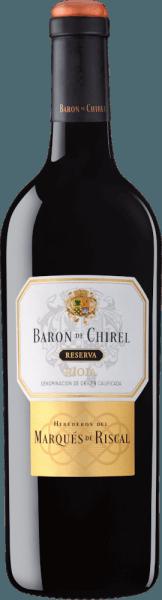 Der Baron de Chirel Reserva von Marqués de Riscal aus dem spanischen Weinanbaugebiet DOCa Rioja ist ein ausgezeichneter, charaktervoller und unvergleichlicher Rotwein, der aus der Rebsorte Tempranillo und weiteren spanischen roten Rebsorten vinifiziert wird. Im Glas schimmert dieser Wein in einem dunklen Kirschrot mit rubinroten Glanzlichtern. Die Nase wird von einem ausdrucksstarken Bouquet gekonnt eingekommen. Es offenbart sich eine aromatische Intensität nach dunkelbeerigen Früchten - besonders Schwarzkirsche und Brombeere treten wundervoll in den Vordergrund und werden von feinsüßer Beerenkonfitüre und perfekt integrierten Röst- und Gewürzaromen der französischen Eiche ergänzt. Am Gaumen überzeugt dieser spanische Rotwein mit einem verführerisch geschmeidigen Körper, der sich von den weichen, polierten Tanninen einhüllen lässt. Dabei sind filigrane Eichenholznuancen spürbar, die nicht aufdringlich sind. Ein sehr komplexer und ausgewogener Rioja, der mit einem lang anhaltenden Finale das harmonische, ausbalancierte Gesamtbild hervorragend unterstreicht. Vinifikation des Marqués de Riscal Baron de Chirel Reserva Dieser Wein wird nur in begrenzter Flaschenanzahl und nur in den besten Jahrgängen herstellt. Damit stellt Marqués de Riscal sicher, dass der Charakter des Weinbergs, des Bodens und der Rebsorte als Teil eines einzigen, harmonischen Ganzen zum Ausdruck kommt. Die Weinberge zählen zu den ältesten des Rioja Weinanbaugebiets und bringen geringe Erträge hervor. Die Lese beginnt am Ende von September und verläuft bis in die Mitte von Oktober. Ausschließlich von Hand werden die Trauben geerntet und bereits im Weinberg selektiert. Die Gärung des Barón de Chirel erfolgt bei einer kontrollierten Temperatur von 26 Grad Celsius in Fässern aus Allier-Eiche. Danach findet die malolaktische Gärung in feinkörnigen Fässern aus Allier-Eiche statt. Die Reifung dauert zwischen 18 und 24 Monaten, je nach den Eigenschaften der jeweiligen Ernte. Danach wird dieser Spitzen-Rotwe