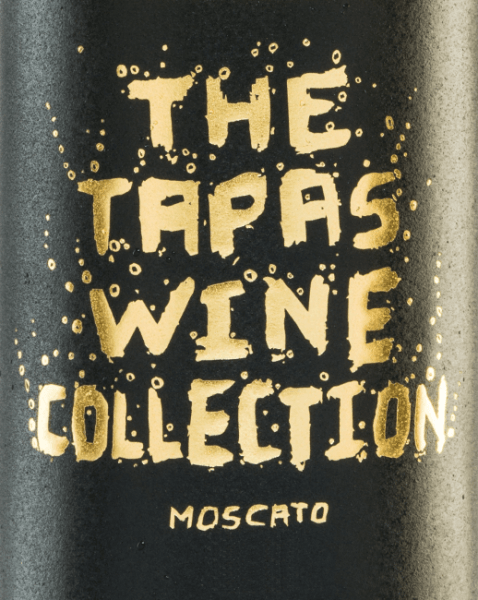 Der Tapas Wine Collection Moscato ist ein spanischer Frizzante, der sich im Glas mit einem hellen Goldgelb präsentiert. Sein fruchtig-frisches Bouquet verzaubert die Nase mit floralen Noten und wird von Aromen nach frischen Orangen und saftigen Mandarinen begleitet. Die Restsäure harmoniert wundervoll mit der Säure dieses Perlweins und wird von dem vollmundigen Charakter perfekt unterstrichen. Speiseempfehlung für den Tapas Wine Collection Moscato Genießen Sie diesen lieblichen Weißwein als Aperitif oder zu Tapas und Gerichten mit Meeresfrüchten.