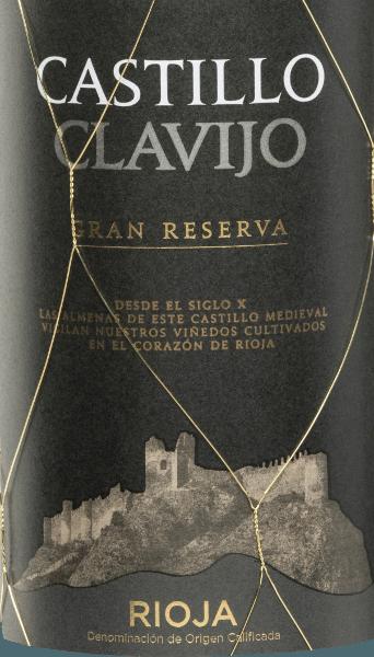 Der Castillo de Clavijo Gran Reserva von Criadores de Rioja ist eine wunderbare Cuvée, die aus den Rebsorten Tempranillo (80 %), Graciano (10 %), Garnacha Tinta (5 %) und Mazuelo (5 %) vinifiziert wird. Im Glas zeigt sich der Castillo de Clavijo Gran Reserva in einem leuchtendem Dunkel-Kirschrot. Das Bouquet offenbart ausdrucksstarke Aromen nach reifen Beerenfrüchten - besonders Himbeere, Brombeere und Blaubeere - und herrlichen Noten nach Bourbon-Vanille. Der Gaumen lässt sich von einer lebendigen Säurestruktur und einem kompakten Tanningerüst begeistern. Das Finale ist wundervoll rund, der die frische Persönlichkeit nochmals unterstreicht. Vinifikation desCastillo de Clavijo Gran Reserva Nach der temperaturkontrollierten Maischegärung im Edelstahltank, reift dieser Rotwein aus Spanien für insgesamt 24 Monate in französischer und amerikanischer Eiche. Speiseempfehlung für den Criadores de Rioja Gran Reserva Genießen Sie diesen spanischen Rotwein zu Wildschwein- oder auch Hirschbraten mit Kartoffeln und Preiselbeeren und zu reifen Käsesorten.
