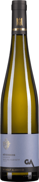 Der Uhlbacher Götzenberg Riesling Kabinett von Weingut Aldinger kommt aus einer Großen VDP-Lage, der höchsten Qualitätsstufe, die der Verband deutscher Prädikatsweingüter kennt. Ins Glas kommt dieser süße Spitzenwein mit heller zitrusgelber Farbe. Die Nase diese exzellenten Weißweins besticht mit Anklängen von Quitte, weißem Weinbergpfirsich und frischer Limette. Mineralische und blumige Nuancen runden das Bouquet dieses außerordentlichen Kabinetts ab. Am Gaumen offenbart Aldingers Riesling Kabinett aus dem Uhlbacher Götzenberg eine unglaubliche Leichtigkeit, verbunden mit einem außergewöhnlichen Süße-Säure-Spiel. Ein großartiger Weißwein, der die unglaublichen Qualitäten eines leichtfüßigen Kabinetts eindrucksvoll offenbart. Vinifikation des Aldinger Uhlbacher Götzenberg Riesling Kabinett Dieser Riesling Kabinett aus der Großen VDP-Lage Uhlbacher Götzenberg wurzelt in erstklassigen Sandsteinböden mit Kalkeinlagerungen. Nach der Lese werden die Riesling-Trauben im Großen Holzfass bei 12-14°C kühl vergoren. Speiseempfehlungen zum Götzenberg Riesling Kabinett von Aldinger Genießen Sie diesen außergewöhnlichen Kabinett-Riesling zu fruchtigen Desserts, zu Weichkäse oder zu scharf-würzigen Thai-Currys. Prämierungen für den Götzenberg Kabinett Riesling von Aldinger Falstaff: 91 Punkte für 2018 Falstaff: 90 Punkte für 2017