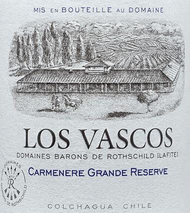 Der Carménère Grande Reserve von Viña Los Vascos aus dem chilenischen Weinanbaugebiet Valle de Colchagua ist ein beeindruckender, vollmundiger und rebsortenreiner Rotwein. Dieser Wein glänzt lebhaft und tief Dunkelviolett im Glas. Das ausdrucksstarke Bouquet duftet intensiv nach Schwarzkirschen und Brombeeren - untermalt von einer leichten Note nach schwarzem Pfeffer. Am Gaumen kommen noch Anklänge nach rote Waldbeeren und frischen Heidelbeeren hinzu. Eine zarte Nuance von Kirschlikör untermalt die vollmundigen Fruchtaromen. Feine Aromen von Schokolade, reifem grünen Pfeffer und Tabakkistchen ergänzen seinen fruchtigen Charakter. Das Bouquet harmoniert besonders schön mit den eleganten Tanninen und trägt zur Komplexität am Gaumen bei. Abgerundet wird dieser chilenische Rotwein von einem angenehm langen Finale. Vinifikation des Viña Los Vascos Carménère Grande Reserve Der Carménère ist eine alte französische Rebsorte und heute in Chile eine maßgebliche Sorte. Durch die selektive Lese in mehreren Durchgängen konnten die Trauben im perfekten reifen Zustand geerntet werden. Die Gärung erfolgt langsam und schonend im Edelstahltank. Dann wird dieser Rotwein in Barrique-Fässer aus französischer Eiche gefüllt. In diesen vollzieht dieser Wein die malolaktische Gärung und reift für insgesamt 12 Monate weiter. Speiseempfehlung für denGrande ReserveViña Los Vascos Carménère Wir empfehlen Ihnen diesen trockenen Rotwein aus Chile zu Enten- und Gänsebraten. Feine Schmorgerichte vom Rindfleisch oder Wild begleitet er ebenso hervorragend. Auszeichnungen für denLos VascosCarménèreGrande Reserve Concours Mondial de Bruxelles: Silber für 2017