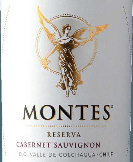 DerCabernet Sauvignon Reserva von Montes wird aus den Rebsorten Cabernet Sauvignon (85%) und Merlot (15%) vinifiziert. Mit einem dichten Rubinrot mit dunklen Reflexen schimmert dieser Wein im Glas. Das Bouquet offenbart hinreißende Aromen nach schwarzen Kirschen gepaart mit dunklen Beeren und Cassis. Am Gaumen verführt dieser chilenische Rotwein mit seiner intensiven Beerenfrucht. Die reifen Tannine und die angenehmen Eichenaromen geben diesem Wein den letzten Schliff. Das Finale von diesem chilenischen Rotwein ist kraftvoll und lang. Vinifikation des Cabernet Sauvignon Reserva von Montes Von Anfang April bis Anfang Mai werden die Trauben bei optimaler Reife gelesen. Nach der Entrappung wird dieser Rotwein dieser Rotwein in Edelstahltanks vergoren und bleibt einige Zeit auf der Maische. Anschließend werden 75% dieses Weins in Fässern aus amerikanischer Eiche ausgebaut - 25% verbleiben in den Edelstahltanks. Zum Schluss wird dieser Wein leicht filtriert. Speiseempfehlung für den Montes Cabernet Sauvignon Reserva Dieser trockene Rotwein aus Chile ist ein Hochgenuss zu allen Wildgerichten, saftigen Steaks mit dunklen Saucen oder reifem Käse mit Trauben.