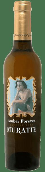 Der Amber Forever Muscat de Alexandrie von Muratie Estate präsentiert sich im Glas in einem hellen bernsteinton und verführt mit den Aromen vollreifer Aprikosen, kandierten Früchten und süßem Karamell. Die knackige Säure hält die Süße dieses Dessertweines aus Südafrika in Balance und eine fruchtige Intensität leitet den Forerver Amber in ein langes, süßes Finale mit den Noten von Birnen und Pfirsichen. Speiseempfehlung für den Amber Forever von Muratie Estate Genießen Sie diesen süßen Dessertwein zu salzigem Blauschimmelkäse oder zu Birne Helene.