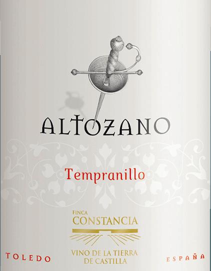 Aus dem spanischen Anbaugebiet DO La Mancha stammt der rebsortenreine, eleganteTempranillo von Altozano. Im Glas glänzt dieser Wein in einem dichten Purpurot mit violetten Reflexen. Die Nase erfreut sich an rebsortentypischen Aromen der Tempranillo-Traube - dunkle Beerenfrucht vereint sich mit Anklängen nach Lakritz und würzigen Nuancen nach Kaffee und Vanille. Am Gaumen ist dieser spanische Rotwein zunächst sanft - mit jedem weiteren Schluck entwickelt sich eine wunderbar kraftvolle Textur. Die elegant eingebundene Tanninstruktur harmoniert perfekt mit der süß gereiften Fruchtfülle, die von einem Hauch Würze begleitet wird. Der Nachhall erfreut mit einer angenehmen Länge. Vinifikation des Trempanillo von Altozano In den kühlen Stunden der Nacht werden die Trauben für diesen Rotwein gelesen und sofort in die Weinkellerei von Finca Constancia gebracht. Dort wird das Lesegut zunächst 5 Tage lang kalt eingemaischt. Dadurch werden erste Aromen und Farbpigmente aus den Beerenschalten extrahiert. Danach erfolgt die temperaturkontrollierte Vergärung in Edelstahltanks. Erst nach biologischem Säureabbau und abgeschlossener alkoholischer Gärung ruht dieser Wein für insgesamt 3 Monate in Fässern aus französischer und amerikanischer Eiche. Speiseempfehlung für denAltozanoTempranillo Dieser trockene Rotwein aus Spanien ist ein hervorragender Speisebegleiter zu frischem Fisch vom Grill - wie Lachs und Thunfisch - Pasta-Gerichte in pikanter Sauce oder auch zu mediterranen Ofengerichten.