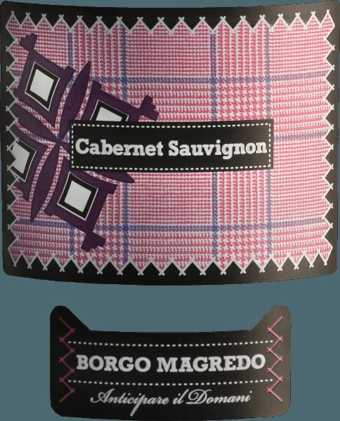 DerCabernet Sauvignon von Borgo Magredo ist ein wunderbarer, reinsortiger Rotwein aus Italien, der sich im Glas in einem dichten Rubinrot präsentiert. Das Bouquet ist gezeichnet von ausdrucksstarken Aromen nach reifen Waldbeeren - insbesondere Himbeere und Brombeere - sowie dezente Anklänge nach Lakritz und Vanille. Am Gaumen verbindet sich die beerige Fruchtfülle perfekt mit der angenehmen Säure und dem weichen Körper. Auch die feinen, seidigen Tannine harmonieren wundervoll mit der Beerenfrucht und begleiten in ein lang anhaltendes Finale. Speiseempfehlung für den Borgo Magredo Cabernet Sauvignon Genießen Sie diesen trockenen Rotwein aus Italien zu allerlei Bratengerichten mit herzhaften Beilagen oder auch zu pikanten Fleischspießen mit Paprikasauce.
