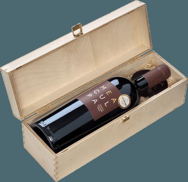 """Der MEA CULPA Vino Rosso Italia von Casa Vinicola Minini ist eine ungemein ausdrucksstarke Cuvée aus Primitivo, Syrah und Merlot. Mea Culpa - meine Schuld, bitte verzeiht mir - ist die nicht ganz ernst gemeinte Aussage von Mario Minini, der aus den besten Partien seiner Weine verschiedener Regionen die seiner Meinung nach beste Cuvée komponiert hat, die er sich vorstellen kann. """"MEA CULPA, bitte vergebt mir, aber wir machen das jetzt, wie ich es sage! Es wird die akkurateste Cuvée mit der größten Exzellenz und dem besten Ausdruck, ganz gleich, was dafür nötig sein wird."""" - Mario Minini Wie auch seine kleiner Bruder - der Tank Nero d'Avola - wurde die Rotwein-Cuvée Mea Culpa im Appassimento Verfahren hergestellt, enthält also besonders intensive, weil angetrocknete Trauben. Ins Glas kommt der MEA CULPA Vino Rosso Italia mit tiefdunkler, extrem dichter purpurroter Farbe und fast schwarzem Kern. Die Nase verzückt mit dichten Kirschnoten. Getrocknete Kirsche, Mon Cheri, Rumkirsche, saftige Herzkirschen, Kirsch-Crumble und reihenweise andere Assoziationen kommen uns in den Sinn. Ergänzt wird die Aromatik von reifen Brombeeren und Erdbeeren. Edle, winterlich-weihnachtlich-kraftvolle Nuancen von Mokka, Vanille und Bitterschokolade ergänzen das Bouquet des MEA CULPA Rotweins. Am Gaumen ist der Mea Culpa ungemein saftig, rund und kraftvoll. Dieser Wein ist die Antwort auf graue November- und eiskalte Dezember-Abende. Trotz des üppigen Alkohols wirkt der Mea Culpa nicht brandig, sondern fruchtig, würzig und herrlich samtig. Die runden und weichen Tannine werden von einem feinen Schmelz und einer vitalen Fruchtsäure ergänzt, was dieses Rotwein-Kraftpaket davor bewahrt, plump und ungelenk zu wirken. Vinifikation des Mea Culpa Vino Rosso Italia Da sich zwei Weinberge für den Mea Culpa in Sizilien und einer in Apulien befindet, muss diese Cuvée auf eine prestigeträchtige Herkunftsbezeichnung verzichten. Kein Problem, denn der Mea Culpa braucht kein DOCG oder dergleichen am Hals, """