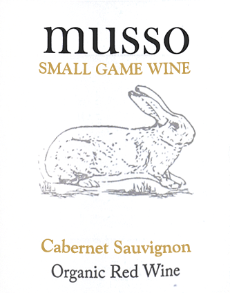 Der im Fass ausgebaute Musso Cabernet-Sauvignon aus der Weinbau-Region Kastilien - La Mancha offenbart sich im Glas in leuchtendem Purpurrot. Die erste Nase des Musso Cabernet-Sauvignon zeigt von Maulbeeren, Äpfel und Birnen. Den fruchtigen Teilen des Bouquets gesellen sich Noten des Fass-Ausbaus wie sonnenwarmes Gestein und Waldboden hinzu. Der Casa Rojo Musso Cabernet-Sauvignon präsentiert sich dem Weinenthusiasten herrlich trocken. Dieser Rotwein zeigt sich dabei nie grobschlächtig oder karg, wie man es bei einem Wein jenseits der 4-Euro-Marke erwarten kann. Am Gaumen präsentiert sich die Textur dieses ausgeglichenen Rotwein wunderbar dicht. Durch die balancierte Fruchtsäure schmeichelt der Musso Cabernet-Sauvignon mit samtigem Gaumengefühl, ohne es gleichzeitig an Frische missen zu lassen. Das Finale dieses jugendlichenRotwein aus der Weinbauregion Kastilien - La Mancha, genauer gesagt aus La Mancha DO, überzeugt schließlich mit schönem Nachhall. Vinifikation des Casa Rojo Musso Cabernet-Sauvignon Grundlage für den balancierten Musso Cabernet-Sauvignon aus Kastilien - La Mancha sind Trauben aus der Rebsorte Cabernet Sauvignon. Nach der Handlese gelangen die Weintrauben auf schnellstem Wege in die Kellerei. Hier werden sie sortiert und behutsam gemahlen. Es folgt die Gärung im großen Holz bei kontrollierten Temperaturen. Der Vinifikation schließt sich eine Reifung für einige Monate in Fässern aus Eichenholz an. Speiseempfehlung zum Casa Rojo Musso Cabernet-Sauvignon Dieser spanische Rotwein sollte am besten temperiert bei 15 - 18°C genossen werden. Er passt perfekt als begleitender Wein zu Lammragout mit Kichererbsen und getrockneten Feigen, Gemüse-Couscous mit Rinderfrikadellen oder Ossobuco.