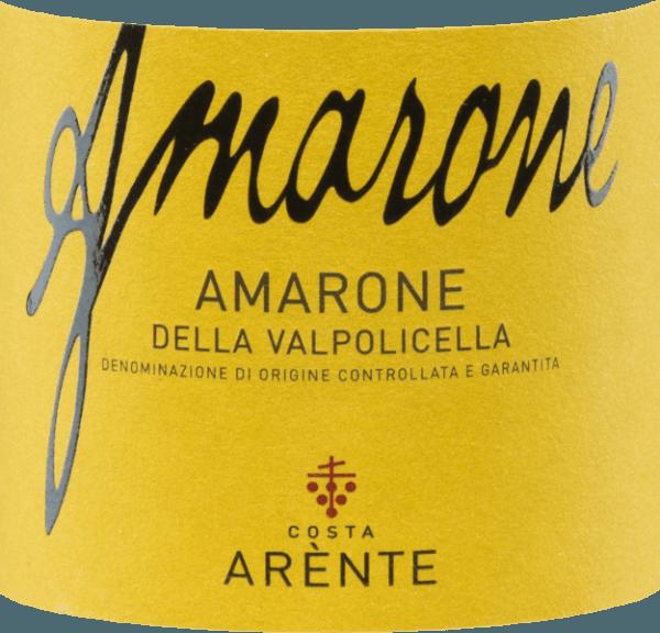 Der Amarone della Valpolicella von Costa Arènte ist ein körperreicher, ausdrucksstarker Rotwein aus Italien und wird aus Corvina (50%), Corvinone (20%), Rondinella (15%) und weiteren roten Rebsorten (15%) vinifiziert. Die Farbe im Glas erinnert an einen strahlenden Rubin mit purpurnen Reflexen. Das Bouquet überzeugt die Nase mit seinen kräftigen, vielschichtigen Aromen - sehr präsent sind rote und schwarze Früchte (Sauerkirsche, schwarze Johannisbeere und Himbeeren) - untermalt von würzigen Anklängen nach Lakritz, Tabak und schwarzem Pfeffer. Dieser italienische Rotwein besitzt am Gaumen eine wundervolle Eleganz, in der sich die fruchtig-beerigen Aromen der Nase widerspiegeln. Hinzukommen Noten nach Pflaume und Vanille. Die frische, ausgewogene Säure harmoniert perfekt mit den festen Tannine. Das konzentrierte Finale wartet mit einer anhaltenden Länge auf. Vinifikation desCosta ArènteAmarone Die von Hand gelesenen Trauben wachsen in Hanglage auf Mergelböden aus kalkhaltigem Felsgestein der Dolomiten in italienischen Anbaugebiet Venetien -D.O.C.G. Amarone della Valpolicella. Nach der sehr sorgsamen Lese und sorgfältigen Selektion des Traubenguts wird dieses in die Weinkellerei vonCosta Arènte gebracht. Dort werden die Trauben sanft gepresst und die daraus entstandene Maische temperaturkontrolliert in Edelstahltanks vergoren. Für die wunderbare Aromenvielfalt, die dichte Farbe und die feste Tanninstruktur sorgt der 36-monatige Ausbau im großen Holzfass (25 hl und 5 hl). Speiseempfehlung für den Amarone della Valpolicella Costa Arènte Dieser trockene Rotwein aus Italien ist ein wundervoller Solist, der vor Genuss dekantiert werden sollte. Aber auch zu Hirschbraten, Rehrücken oder Wildschweinragout ist dieser Wein ein toller Speisebegleiter. Auszeichnungen für denAmarone von Costa Arènte Mundus Vini: Gold für 2013