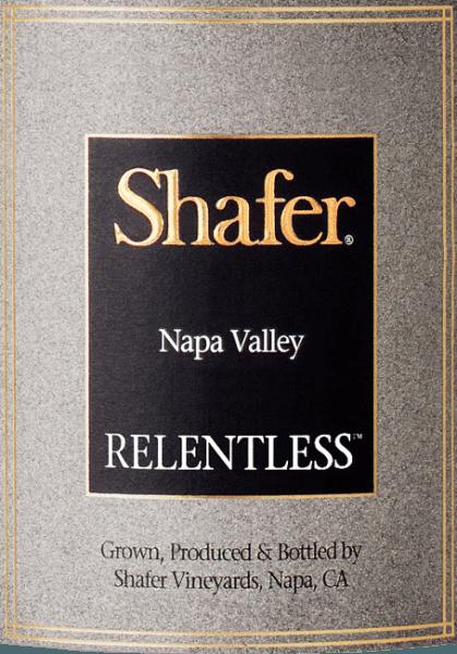 """Der Relentless von Shafer Vineyards ist ein ausdrucksstarker, kalifornischer Rotwein aus den Rebsorten Syrah (90%) und Petit Sirah (10%). Übersetzt bedeutet Relentless """"Unerbitterlich"""". Dieser Wein ist daher dem unerbitterlichen Streben nach Perfektion des Winzers Elias Fernandez gewidmet. Im Glas zeigt sich eine fast dunkelviolette Farbe. Das Bouquet erfreut mit Aromen nach dunklen Edelpflaumen und getrockneten Feigen. Dazu gesellen sich Anklänge nach frisch gemahlenem Pfeffer, schwarzem Trüffel und etwas Rauch. Der Gaumen lässt sich von einer seidigen Textur und einem wundervoll ausgewogenen, vollmundigen Körper verwöhnen. Die Tannine sind perfekt in diesen Rotwein integriert. Das Finale überzeugt Länge und vielschichtigen Fruchtnuancen. Vinifikation des Shafer Relentless Die Lese für diesen Rotwein findet ausschließlich von Hand statt. Die Trauben werden in dem Weinkeller sorgfältig selektiert, bevor die Maische in Edelstahltanks vergoren wird. Nach dem Gärprozess wird dieser Wein für 30 Monate in Barriques aus französischer Eiche ausgebaut (Allier und Troncais). Speiseempfehlung für den Relentless von Shafer Dieser trockene Rotwein aus Kalifornien ist der perfekte Speisebegleiter zu kalten Vorspeisen - insbesondere Carpaccio - gegrilttem Gemüse oder auch zu würzigen Gulascheintöpfen. Auszeichnungen für den Shafer Vineyard Relentless Vinous: 93 Punkte für 2015 Wine Spectator: 93 Punkte für 2015 Robert M. Parker: 95+ Punkte für 2014 und 2015 Wine Spectator: 91 Punkte für 2014 Antonio Galloni: 95 Punkte für 2014"""
