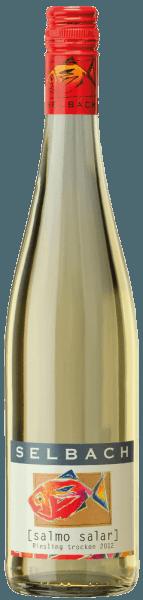 Der leichtfüßige Fisch Riesling von Selbach-Oster fließt mit brillantem Hellgelb ins Glas. Die Aromatik dieses Weißweins aus der Mosel wird bestimmt von Aromen nach allerlei roten und schwarzen Beeren und dunklen Früchten wie Sauerkirschen und Zwetschken. Der Selbach-Oster Fisch Riesling begeistert durch sein elegant trockenes Geschmacksbild. Er wurde mit außergewöhnlich wenig Restzucker auf die Flasche gebracht. Hier handelt es sich um einen echten Qualitätswein, der sich klar von einfacheren Qualitäten abhebt und so verzückt dieser Deutsche Wein natürlich bei aller Trockenheit mit feinster Balance. Aroma benötigt nicht zwingend viel Restzucker. Vinifikation des Fisch Riesling von Selbach-Oster Dieser Wein legt den Fokus klar auf eine Rebsorte, und zwar auf Riesling. Für diesen wunderbar eleganten sortenreinen Wein von Selbach-Oster wurde nur erstklassiges Traubenmaterial verwendet. Die Trauben dieses Spitzenweins von Selbach-Oster wachsen zudem nicht etwa im Flachland, sondern graben in Steillagen ihr Wurzelwerk in den Untergrund. Der Steillagenanbau stellt sicher, dass auch in weniger sonnenverwöhnten Weinbauregionen mit weniger langen Vegetationsperioden die Weinreben ein Maximum an Sonne erhalten. Nach der Lese gelangen die Trauben zügig in die Kellerei. Hier werden sie sortiert und behutsam gemahlen. Es folgt die Gärung im Edelstahltank bei kontrollierten Temperaturen. Der Gärung schließt sich eine Reifung für einige Monate auf der Feinhefe an, bevor der Wein schließlich abgefüllt wird. Speiseempfehlung für den Fisch Riesling von Selbach-Oster Dieser Deutsche Wein sollte am besten gut gekühlt bei 8 - 10°C genossen werden. Er eignet sich perfekt als begleitender Wein zu