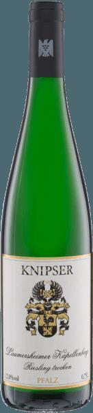 Herausragende Weine von einem Spitzenweingut. Heimische Rebsorten treffen bei den Weinen von Weingut Knipser auf internationale Rebsorten. Mal werden die Rebsorten ganz für sich alleine interpretiert, wie bei dem Riesling, Grauburgunder und Sauvignon Blanc. Oder auch gemeinsam in der Rosé-Cuvée Clarette sowie bei dem Zusammenspiel von Chardonnay und Weißburgunder. Nicht umsonst hat Gault-Millau das Weingut Knipser als bestes Weingut der Pfalz ausgezeichnet –auch auf nationaler Ebene nimmt dieses Weingut eine Topplatzierung ein. Überzeugen Sie sich am besten mit unserem 5er Kennenlernpaket – Weine von Weingut Knipser selbst. Das Weingut Knipser Kennenlernpaket beinhaltet: 1 Flasche:Laumersheimer Kapellenberg Riesling(trocken - 12,3 Vol%) 1 Flasche:Clarette Rosé(trocken - 11,9 Vol%) 1 Flasche:Chardonnay & Weißburgunder(trocken - 12,6 Vol%) 1 Flasche:Grauburgunder(trocken - 12,4 Vol%) 1 Flasche:Sauvignon Blanc(trocken - 11,9 Vol%) 1 kostenlosen VINELLO.weinausgießer