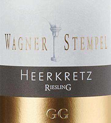 Im Glas offenbart der biologisch erzeugte Siefersheim Heerkretz Riesling Großes Gewächs aus dem Hause Wagner-Stempel eine leuchtend hellgelbe Farbe. Gibt man ihm im Weinglas durch Schwenken etwas Luft, so kann man bei diesem Weißwein eine erstklassige Balance wahrnehmen, denn er zeichnet sich an den Wänden des Glases weder wässrig noch sirup- oder likörartig ab. Im Glas zeigt dieser Weißwein von Wagner-Stempel Aromen von Pfirsiche, Nektarinen, Mirabellen, Papayas und Ananas, ergänzt um Lebkuchen-Gewürz, Zimt und Bitterschokolade. Der Wagner-Stempel Siefersheim Heerkretz Riesling Großes Gewächs präsentiert sich dem Weinfreund angenehm trocken. Dieser Weißwein zeigt sich dabei nie grobschlächtig oder karg, sondern rund und geschmeidig. Ausgeglichenen und vielschichtig präsentiert sich dieser dichte Weißwein am Gaumen. Durch seine prägnante Fruchtsäure zeigt sich der Siefersheim Heerkretz Riesling Großes Gewächs am Gaumen außergewöhnlich frisch und lebendig. Im Abgang begeistert dieser aus der Weinbauregion Rheinhessen schließlich mit beachtlicher Länge. Erneut zeigen sich wieder Anklänge an Aprikose und Ananas. Im Nachhall gesellen sich noch mineralische Noten der von Lehm und Silikatgestein dominierten Böden hinzu. Vinifikation des Siefersheim Heerkretz Riesling Großes Gewächs von Wagner-Stempel Dieser balancierte Weißwein aus Deutschland wird biologisch aus der Rebsorte Riesling vinifiziert. In Rheinhessen wachsen die Reben, die die Trauben für diesen Wein hervorbringen auf Böden aus Lehm und Silikatgestein. Offensichtlich wird der Siefersheim Heerkretz Riesling Großes Gewächs auch von mehr als nur dem Boden Siefersheim bestimmt. Dieser Deutsche Wein kann im wahrsten Sinne des Wortes als Wein der Alten Welt bezeichnet werden, der sich außergewöhnlich komplex präsentiert. Wenn sie perfekt ausgereift sind werden die Trauben für den Siefersheim Heerkretz Riesling Großes Gewächs ohne die Hilfe grober und wenig selektiver Traubenvollernter ausschließlich von Hand geernte