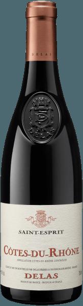 Mit dem Delas Frères Saint Esprit Côtes du Rhône kommt ein erstklassiger Rotwein ins Glas. Hierin zeigt er eine wunderbar dichte, purpurrote Farbe. In ein Bordeauxglas eingegossen, offeriert dieser Rotwein aus Frankreich herrlich jugendlich Aromen nach Pflaume, Heidelbeere, Schattenmorelle und Schwarzkirsche, abgerundet von Kakaobohne, orientalische Gewürze und Lebkuchen-Gewürz, die der Fassausbau beisteuert. Dieser trockene Rotwein von Delas Frères ist ideal für WeinliebhaberInnen, die ihren Wein gar nicht trocken genug trinken können. Der Saint Esprit Côtes du Rhône kommt dem bereits sehr nahe, wurde er doch mit gerade einmal 2 Gramm Restzucker gekeltert. Auf der Zunge zeichnet sich dieser druckvolle Rotwein durch eine ungemein seidige und fleischige Textur aus. Durch die balancierte Fruchtsäure schmeichelt der Saint Esprit Côtes du Rhône mit gefälligem Mundgefühl, ohne es gleichzeitig an Frische missen zu lassen. Im Abgang begeistert dieser Rotwein aus der Weinbauregion Rhône-Tal schließlich mit schöner Länge. Erneut zeigen sich wieder Anklänge an Schattenmorelle und Schwarzkirsche. Im Nachhall gesellen sich noch mineralische Noten der von Granit und Kies dominierten Böden hinzu. Vinifikation des Delas Frères Saint Esprit Côtes du Rhône Der kraftvolle Saint Esprit Côtes du Rhône aus Frankreich ist eine Cuvée, hergestellt aus den Rebsorten Grenache und Syrah. In Rhône-Tal wachsen die Reben, die die Trauben für diesen Wein hervorbringen auf Böden aus Granit und Kies. Durch den abmildernden Einfluss des nahenFlussesreifen die Weinbeeren langsamer und mehr aromatische Teifgründigkeit. Nach der Weinlese gelangen die Trauben umgehend in die Kellerei. Hier werden sie sortiert und behutsam gemahlen. Anschließend erfolgt die Gärung im Edelstahltank und kleinen Holz bei kontrollierten Temperaturen. Nach dem Abschluss der Gärung kann sich der Saint Esprit Côtes du Rhône für einige Monate auf der Feinhefe weiter harmonisieren.. Speiseempfehlung für den Saint Esprit Côtes du 
