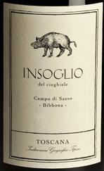 Der Insoglio del Cinghiale Toscana IGT von Tenuta Campo di Sasso der Tenuta di Biserno leuchtet Dunkelrot im Glas. An der Nase zeigt dieser junge Terroirwein aus der Maremma eine ausdruckvolle Persönlichkeit, fruchtig, mit intensiven Aromen von dunklen Früchten, Brombeeren, feine florale Noten, würzige, pfeffrige Anklänge und einem Hauch würzige Eichennoten im Hintergrund. Am Gaumen präsentiert sich der herrlich ausgewogen, mittelschwerer Körper mit feiner Struktur, vollmundig, fleischig, rund, mit süßen Tanninen. Ein Wein der jung bereits sehr gut schmeckt, aber mit etwas Lagerung noch an Fülle, Balance und Komplexität gewinnt. Der Abgang ist lang anhaltend, harmonisch und würzig im Nachhall. Vinifikation des Insoglio del Cinghiale Campo di Sasso Toscana IGT von Tenuta Biserno Dieser jugendliche Rotwein ist der Basiswein und ein Terroir-Cru von Tenuta Biserno, geschmeidig und früh reifend, der sehr schnell seine Liebhaber gefunden hat und seit 2003 erzeugt wird. Er ensteht im Weingut Campo di Sasso, welches zur Tenuta di Biserno gehört, jedoch davon getrennt ist. Campo di Sasso liegt südwestlich von Biserno, nah am Meer und am Städtchen Bibbona, und umfasst drei Parzellen mit insegsamt 46 Hektar. Die Böden unterscheiden sich sehr von denen in Biserno, sie sind meist sandig, mit guter Drainage und geringem Lehmgehalt. Die Temperaturen sind hier leicht höher. Die warmen, sandigen Böden und das wärmere, mediterrane Klima sind für den Syrah besonders günstig. Der Insoglio del Cinghiale wird aus Syrah 34% und einem Blend von Merlot, Cabernet Franc, Cabernet Sauvignon und Petit Verdot vinifiziert. Die Weinlese findet zwischen Mitte August und Mitte-Ende September statt. Die Trauben werden nach der Lese im Weinkeller mit Hilfe eines Rüttellaufbands, streng selektiert. Anschließend werden sie entrappt und sanft gepresst. Die alkoholische Gärung dauert 14 bis 21 Tage bei kontrollierten Temperaturen, gefolgt von der malolaktischen Gärung, 10% in Eichenfässern, die restlichen