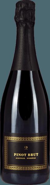 """Der Pinot Brut 2 Sekt ist ein Gemeinschaftsprojekt der Weingüter Aldinger und Wöhrwag, die sich für ihre grandiosen Sekte den legendären Schaumwein-Pabst Volker Raumland mit ins Boot geholt haben. Ins Glas kommt ihr Pinot Brut 2 ziemlich genauso elegant wie er sich auch schon in der Flasche präsentiert. Die Farbe herrlich strohgelb, die Perlage elegant und fein. Zarte Perlen-Schnüre arbeiten sich vom Moussierpunkt im Glas Richtung Oberfläche und befeuern ein außerordentliches Bouquet, das von feinsten Hefe-Noten, reifen sowie eingelegten Birnen, gedörrten Aprikosen und weißen getragen wird. Am Gaumen präsentiert der Pinot Brut 2 von Aldinger und Wöhrwag ein herrliches fülliges Mundgefühl, ohne dass uns ein """"Zu viel"""" an Kohlensäure den Spaß verdirbt und zu kleinen Schlückchen zwingt. Beim Pinot Brut 2 stimmt einfach alles, allen voran die Balance. Die Autolyse-Aromen erinnern an frische Bauernbrot-Kruste und Brioche und lassen so manchen Champagner für den dreifachen Preis arg ins Schwitzen kommen. Groß! Vinifikation des Pinot Brut 2 Sekt von Aldinger & Wöhrwag Dieser Sekt aus weiß gekelterten Spätburgunder-Trauben ist das Gemeinschaftsprojekt der Weingüter Aldinger und Wöhrwag aus dem Stuttgarter Raum. Beide VDP-Weingüter entschieden, dass bei einem solchen Wagnis maximale Expertise notwendig ist und die fanden sie logischerweise bei Volker Raumland, dem unbestrittenen Sekt-Meister Deutschlands. Im Jahr 2004 war es soweit. Der erste Pinot Brut erblickte das Licht der Weinwelt. Der Grundwein für den Pinot Brut 2 wird ausschließlich im Edelstahltank vinifiziert. Die 2. Gärung findet logischerweise in der Flasche statt. Anschließend reift Aldingers und Wöhrwags Pinot Brut 2 für zwei ganze Jahre auf der Hefe bevor die Flaschen degorgiert und verkorkt werden. Speiseempfehlungen zum Pinot Brut 2 von Aldinger und Wöhrwag Servieren Sie diesen exklusiven deutschen Winzersekt solo als Aperitif oder zu Salaten mit Räucherfisch, zu Saiblingstatar oder Miesmuscheln mit Weißweins"""