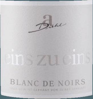 Der A. Diehl Blanc de Noirs wird sortenrein aus Merlot-Trauben vinifiziert und kommt mit unglaublich zarter und dennoch ausdrucksstarker lachsroter Farbe ins Glas. Die Nase dieses Weißweins aus roten Trauben wird bestimmt von Aromen nach weißen und schwarzen Johannisbeeren, ergänzt um Anklänge von Mango und Maracuja. Blumige Noten, zarte Anflüge von Mandeln und ein Hauch Heu runden das Bouquet dieses Merlot Blanc de Noirs von Diehl perfekt ab. Am Gaumen präsentiert sich der Blanc de Noirs von Diehl mit feinem Schmelz, animierender Fruchtigkeit und belebender Säure. Eine dezente Restsüße verleiht diesem Wein einen unglaublichen Trinkfluss. Vinifikation des Merlot Blanc de Noirs von Diehl Dieser weißgekelterte Merlot wird erzeugt, indem die Merlot-Trauben eingemaischt und nach einer sehr kurzen Maischestandzeit ein Teil des Mostes abgetrennt wird. Die eingemaischten Merlot-Trauben werden weiter zu Rotwein verarbeitet, während der nahezu farblose, abgepresste Most zum Blanc de Noirs vergoren wird. Speiseempfehlung zum A. Diehl Eins zu Eins Blanc de Noirs Genießen Sie diesen ausdrucksstarken Weißwein mit herrlicher Aromatik zu Enten- oder Gänse-Terrinen, zu Ofenlachs, Rotbarbe nach Livorneser Art oder Perlhuhn.