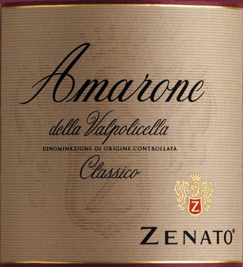 Der Amarone della Valpolicella Classico von Zenato wird aus Trauben des klassischen Valpolicella-Gebietes gewonnen und ist das Juwel in der Weinproduktion der Familie Zenato. Dieser italienische Rotwein präsentiert sich dunkelrot, fast schon schwarz im Glas. Dabei überwältigt er auf beste Art mit voluminöser Eleganz, dichten, vielschichtigen Aromen und einer schönen Balance von Frucht und Tannin. Eine phänomenale Länge macht diesen Amarone unwiderstehlich. Ein Ausnahme-Rotwein zu einem erstaunlich günstigen Preis. Vinifikation des Zenato Amarone della Valpolicella Der Amarone gilt als Spitzenwein im Veneto. Seine unglaubliche Aromenvielvalt entspringt der strengen Selektion des Traubenmaterials der Rebsorten Corvino, Rondinella und Sangiovese. Nach einer 4 monatigen Trocknung auf Strohmatten und der Vergärung dieser besonders konzentrierten Trauben, erfolgt der 30 monatige Ausbau in französischer und slawonischer Eiche. Erst nach einem weiteren Jahr auf der Flasche verlässt der Amarone das Weingut der Familie Zenato am Gardasee. Speiseempfehlung für denAmarone von Zenato Der Amarone della Valpolicella Classico von Zenato passt hervorragend zu Pasta-Gerichten mit Ragu, Steinpilzen und Auberginen, Schmorbraten und mittelaltem Käse. Auszeichnungen für den Zenato Amarone della Valpolicella Classico James Suckling: 99 Punkte für 2015 James Suckling: 94 Punkte für 2013 James Suckling: 92 Punkte für 2012 Robert Parker: 92 Punkte für 2012 Wine Spectator: 91 Punkte für2012 Wine Enthusiast: 91 Punkte für2012