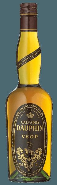 """Der Calvados V.S.O.P. von Calvados Dauphin aus dem Pays d'Auge leuchtet bernsteinfarben im Glas und verströmt einen intensiven Duft nach reifen Äpfeln und süßen Gewürzen, die durch die Fasslagerung entstehen. Im Geschmack begeistert diese französische Spezialität mit einer unglaublich fruchtigen Süße, am Gaumen wirkt er warm, weich und samtig. Herstellung des Calvados V.S.O.P. Pays d'Auge von Calvados Dauphin Der Calvados V.S.O.P. reift 5 Jahre in Holzfässern und wird auch als Vielle Réserve Calvados bezeichnet.Für den Calvados sind nur ganz bestimmte Apfelsorten zugelassen. Diese werden im Verhältnis von ca. 40% süßen Apfeln, 40% bitteren Äpfeln und 20% sauren Apfeln gemischt und daraus ein Apfelmost gewonnen. Nach der zweifachen Destillation des Apfelmostes in kleinen kupfernen Brennblasen, wird der Apfelbranntwein für den V.S.O.P. bei konstanter Kellertemperatur 5 Jahre in Holzfässern aus Eiche und Kastanie gereift. Der Calvados Dauphin stammt aus der Normandie, aus dem Pays d'Auge, welches als das Gebiet für den feinsten Calvados gilt. Nur dann darf er die begehrte Bezeichnung """"Calvados Pays d'Auge Controlée"""" tragen. Empfehlungen zum Calvados V.S.O.P. Pays d'Auge von Calvados Dauphin Geniessen Sie diesen eleganten französischen gereiften Apfelbranntwein am Ende eines Essens, als raffinierte Zutat zu geschmackvollen Gerichten, mit herber Schokolade oder mit feinen Fruchtdesserts."""