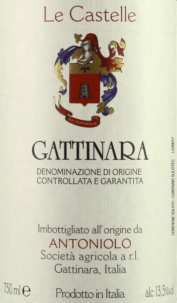 Der Le Castelle Gattinara DOCG von Antoniolo präsentiert sich im Glas intensiv Rubin- bis Granatrot. Komplexe fruchtige und würzige Aromen dominieren das Bouquet, Dufntoten von Erdbeeren, Himbeeren, Cassis, Veilchen, Schwarzkirsche, Leder, Tabak, schwarzer Pfeffer, mineralische und erdige Noten wechseln sich ab und ergänzen sich. Am Gaumen überrascht dieser Gattinara mit markanten, gut eingebundenen Tanninen, angenehmer Frische, klarem, vollem Körper, würzig, mächtig, seidig und charaktervoll. Schönes und sehr nachhaltiges, fast endloses Finale mit feinen mineralischen Nuancen im Abgang. Vinifikation des Le Castelle Gattinara DOCG von Antoniolo Der Le Castelle ist der einzige Wein von Antoniolo, der in Barriques ausgebaut wird. Die Nebbiolo-Trauben für diesen Cru stammen von der gleichnamigen nur 1,3 ha großen Einzellage. Hier stehen Rebstöcke, die durchschnittlich 40 Jahre alt sind, die Böden sind tiefer und reicher als in den beiden anderen Einzellagen, was dem Gattinara mehr Kraft und Tiefe verleiht. Nach der Mazeration und alkoholischen Gärung auf den Schalen in Betontanks, wird der Most abgezogen und in Barriques umgefüllt. Hier wird die malolaktische Gärung vollständig vollzogen, gefolgt von 24 Monate Ausbau. Nach der Abfüllung in Flaschen reift der Le Castelle noch mindestens 12 Monate in der Flasche bevor er in den Verkauf kommt.Der Le Castelle Gattinara wird in geringen Mengen produziert, nur etwa 3000 Flaschen pro Jahr. Der Wein kann über 20 Jahre gelagert werden. Speiseempfehlung für den Le Castelle Gattinara DOCG von Antoniolo Genießen Sie diesen machtvollen Rotwein aus dem Norden des Piemonts zu Gerichten mit rotem Fleisch, Lamm, Wild, Dammwild, Geflügel, würzige reife Käsesorten.Der Le Castelle sollte ein bis zwei Stunden vor dem Servieren geöffnet werden. Auszeichnungen für den Le Castelle Gattinara DOCG von Antoniolo Gambero Rosso: 2 Gläser für 2012 Wine Spectator: 80 Punkte für 2010 Antonio Galloni: 95 Punkte für 2010