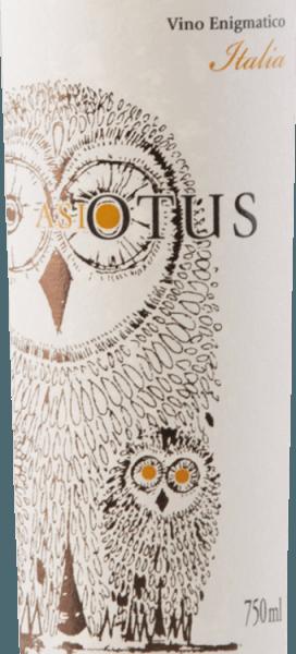 Der Asio Otus weiss von Mondo del Vino ist die weiße Version der beliebten Rotweincuvée mit der Eule auf dem Etikett. Die Waldohreule, welche für Wissen steht, ist auch namensgebend für diese italienischen Weine. Diese Cuvée leuchtet in einem reizvollen Strohgelb mit leicht grünlichen Reflexen. In der Nase spielen Aromen von gelben Steinfrüchten und vollreifer Ananas sowie leicht karamellige Töne die Hautprolle. Am Gaumen des Asio Otus Bianco findet man eine gelunge Kombination von Frische und Eleganz. Fruchtsäure und Cremigkeit bilden eine harmonische Einheit und steigern den Trinkfluss. Speiseempfehlung für den Asio Otus Bianco Diese halbtrockene Weissweincuvée aus Italien ist ein ausgezeichneter Aperitif und Begleiter zu leichten Fischgerichten und Meeresfrüchten, Salat oder Geflügel.