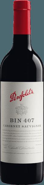 Der Bin 407 Cabernet Sauvignon von Penfolds ist eine vielschichtiger, konzentrierter und eleganter Rotwein aus dem australischen Weinanbaugebiet South Australia. Im Glas zeigt sich dieser Wein in einer violetten Farbe mit purpurnen Glanzlichtern. Nach dem Dekantieren präsentiert sich dieser Rotwein mit deutlichen Aromen von saftigen schwarzen Johannisbeeren, Maulbeeren, Heidelbeeren und getrocknet vegetativen Noten (Minze, Fenchel und Anis). Nach kurzer Zeit zeigen sich auch Noten von getrockneter Tomate sowie etwas Leder und Graphit. Der Körper ist voll und kraftvoll. Dieser australische Cabernet hat Druck und Potential. Die Tannine sind samtig, lebhaft und fügen sich harmonisch in die gesamte Komposition - getragen von einer frischen Säure und dichter Fruchtfülle. Im beachtlichen Finale zeigt sich dieser Rotwein fruchtig, mit Anklängen von karamellisierten Schattenmorellen und einem angenehmen erdigen Ton sowie einem Hauch Pfefferminz. Vinifikation des Penfolds Bin 407 Wie die meisten Weine von Penfolds gehört auch der Bin 407 zu den sogenannten Multi-Regional & Multi-Vineyard-Blendings. In Ihnen werden die besten Trauben verschiedener Regionen zu rebsortentypischen, sortenreinen Weinen komponiert. Nach Herkunft und Parzellen getrennt, wird die Maische traditionell in Edelstahltanks vergoren. Anschließend wird dieser Rotwein in kleinen Fässern aus französischer (25% neues Holz) und amerikanischer Eiche (9% neues Holz) für 12 Monate ausgebaut. Nach der Holzreife wird dieser Wein behutsam abgezogen, zur Final Blend vermählt und ruht noch ein weiteres Jahr auf der Flasche in den Weinkellern von Penfolds. Speiseempfehlung für den Cabernet Sauvignon Bin 407 Penfolds Bevor Sie diesen trockenen Rotwein aus Australien zu reichhaltigen Ragouts von Lamm oder Ochsen, gebratener Entenbrust oder auch zu Speisen mit weißen Bohnen genießen, sollten Sie diesen mindestens eine Stunde vor Genuss dekantieren. Auszeichnungen für den Bin 407 Penfolds Cabernet Robert M. Parker - The Wi
