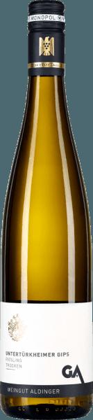 Der Untertürkheimer Gips Riesling des Weingutes Aldinger kommt aus der Monopol-Lage Gips in Untertürkheim, die in Alleinbesitz des Weingutes ist. Ins Glas kommt der Lagenwein mit hellgelber Farbe. Er umschmeichelt die Nase mit reifen Fruchtnoten nach Apfel, Pfirsich und zitrischen Noten von frischer Limettenschale. Kräutrige Nuancen, die an Minze und Zitronenmelisse erinnern, runden gemeinsam mit einem feinem Feuerstein-Anflug das Bouquet dieses Spitzen-Rieslings aus Württemberg ab. Am Gaumen zeigt Aldingers Untertürkheimer Gips Riesling zuerst eine klassische Riesling-Typizität, die einerseits von den Aromen der Nase, andererseits von feiner Mineralität sowie einem salzigen Anflug ergänzt wird. Die griffige Fruchtsäure balanciert sich exzellent mit einer sehr feinen Restsüße von etwas mehr als 4 Gramm pro Liter aus. Im langen Abgang wieder viel mineralische Griffigkeit. Vinifikation des Aldinger Untertürkheimer Gips Riesling Der Lagen-Riesling aus dem Untertürkheimer Gips entsteht zu 40% im Stückfass, zu 60% im Edelstahltank. Die Gärung erfolgt spontan. Es schließt sich ein Hefelager bis März des Folgejahres an. Die Trauben wachsen auf bestem Gips-Keuper Boden, was für eine expressive Mineralität sorgt. Speiseempfehlungen zum Untertürkheimer Gips Riesling von Aldinger Genießen Sie diesen edlen Lagen-Weißwein aus Württemberg am besten zu kräftigen Fisch- oder Geflügelgerichten, Cocq au Vin oder zu Salat mit geräuchter Forelle. Prämierungen für den Riesling Untertürkheimer Gips Eichelmann: 88 Punkte für 2016 Vinum: 88 Punkte für 2016