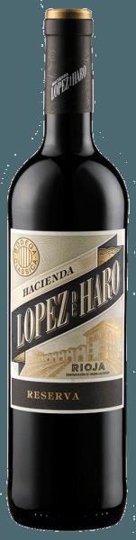 Die Hacienda López de Haro Reserva aus der DOCa Rioja Alta wird von Bodega Classica mit leuchtend violetter Farbe und feinen rubinroten Reflexen ins Glas gebracht. Die Cuvée aus Tempranillo und Graciano offenbart fruchtige Aromen von Kirsche und Brombeere, begleitet von feinen Zimt- und Vanillenoten. Am Gaumen der Lopez de Haro Reserva beeindruckt der Wein mit viel Fülle und weichen Tanninen. 20 Monate Fassreifung in französischer und amerikanischer Eiche verleihen ihm eine elegante Würze und eine sanfte Tanninstruktur. Vinifikation der Lopez de Haro Reserva Die Trauben für diese Reserva stammen von alten Reben aus dem Gebiet um San Vicente de la Sonsierra, das beste Voraussetzungen für die Kultivierung von Wein bietet. Das Klima wird im Süden positiv durch den Fluss Ebro beeinflusst während im Norden die Rebflächen durch eine Bergkette vor extremer Witterung geschützt sind. Foodpairing für dieLopez de Haro Reserva Probieren sie diesen herrlichen Rotwein aus Rioja zu rotem Fleisch, Wild oder gereiftem Hartkäse.